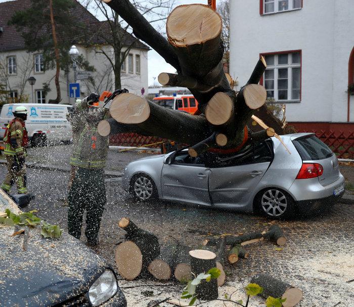 Ανεμοι 180 χλμ προκάλεσαν χάος και νεκρούς σε Γερμανία-Τσεχία - εικόνα 8