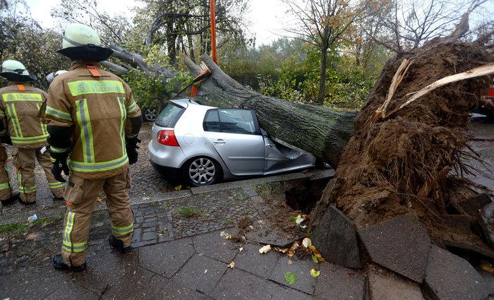 Ανεμοι 180 χλμ προκάλεσαν χάος και νεκρούς σε Γερμανία-Τσεχία - εικόνα 9