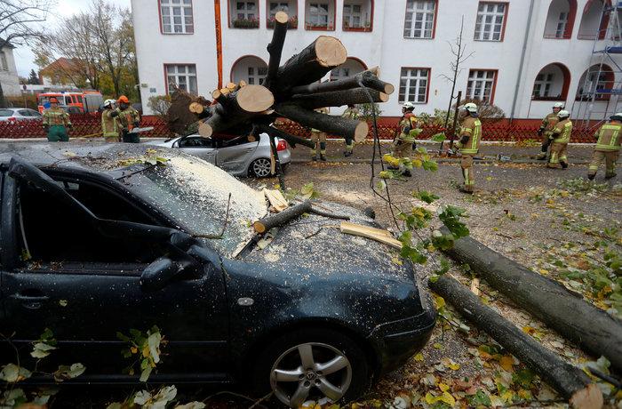 Ανεμοι 180 χλμ προκάλεσαν χάος και νεκρούς σε Γερμανία-Τσεχία - εικόνα 11