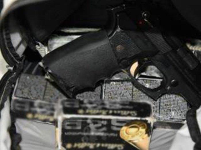 Ετοιμα πακέτα-βόμβες,εκρηκτικά & όπλα στη γιάφκα του 29χρονου - εικόνα 2
