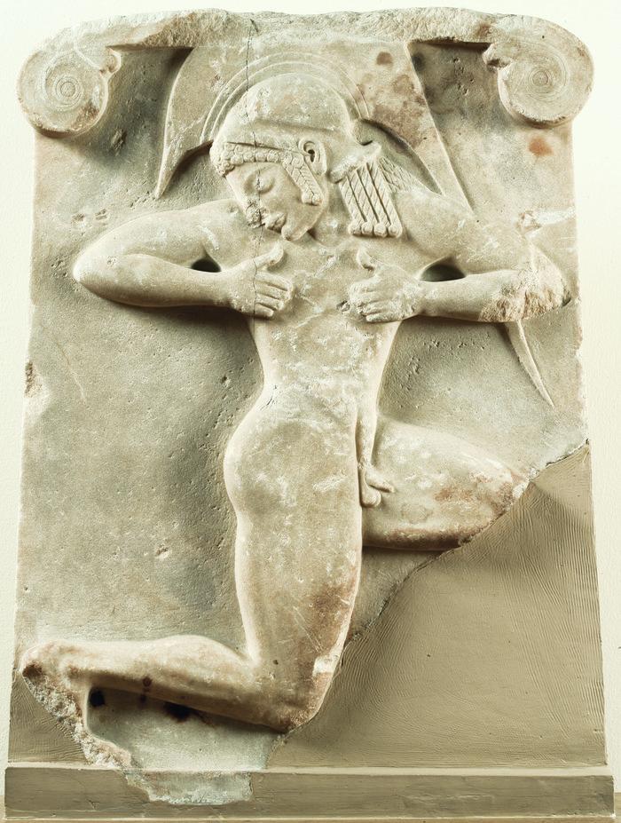 Επιτύμβιο ανάγλυφο «οπλιτοδρόμου». Βρέθηκε στην Αθήνα, ΝΔ του Θησείου. Γύρω στο 510 π.Χ. Γυμνός οπλίτης με αττικό κράνος παριστάνεται κινούμενος στο συμβατικό σχήμα του δρομέως. Η μορφή έχει ερμηνευθεί και ως χορευτής ενός πολεμικού χορού, του πυρριχίου.Εθνικό Αρχαιολογικό Μουσείο/TAΠΑ.