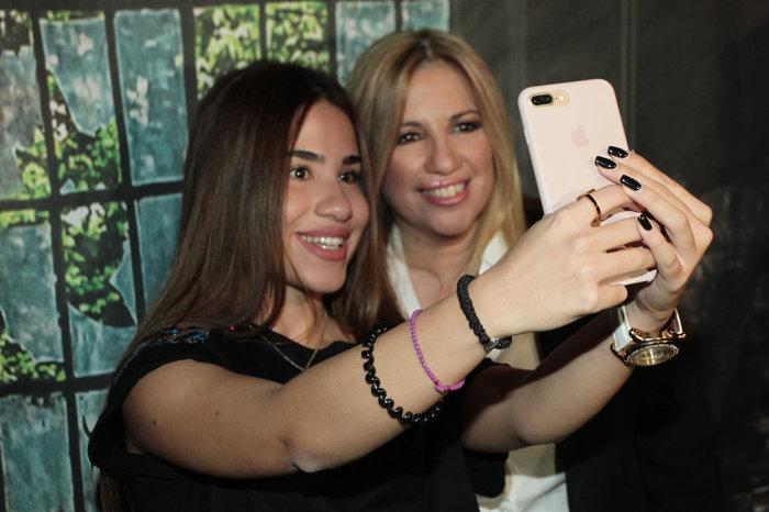 Φώφη Γεννηματά: Οι selfies και τα χαμόγελα στο club Socialista στο Γκάζι - εικόνα 8