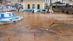Δώδεκα ΙΧ παρασύρθηκαν από τα νερά και έπεσαν στο λιμάνι της Σύμης