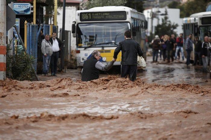 Απολογισμός σοκ: 15 νεκροί και 17 τραυματίες από τις πλημμύρες
