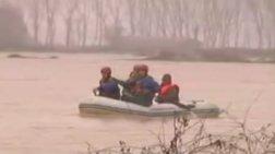 Δραματική διάσωση με...βάρκα σε χωράφια στην Πιερία - Βίντεο