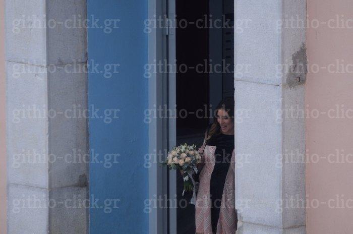 eeabb6000e55 ... η Οικονομάκου δεν φόρεσε νυφικό ούτε καν λευκό φόρεμα όπως συνηθίζεται  αλλά ένα ροζ boho φόρεμα με κρόσια και μαύρο βελούδο ελληνικής εταιρείας το  οποίο ...