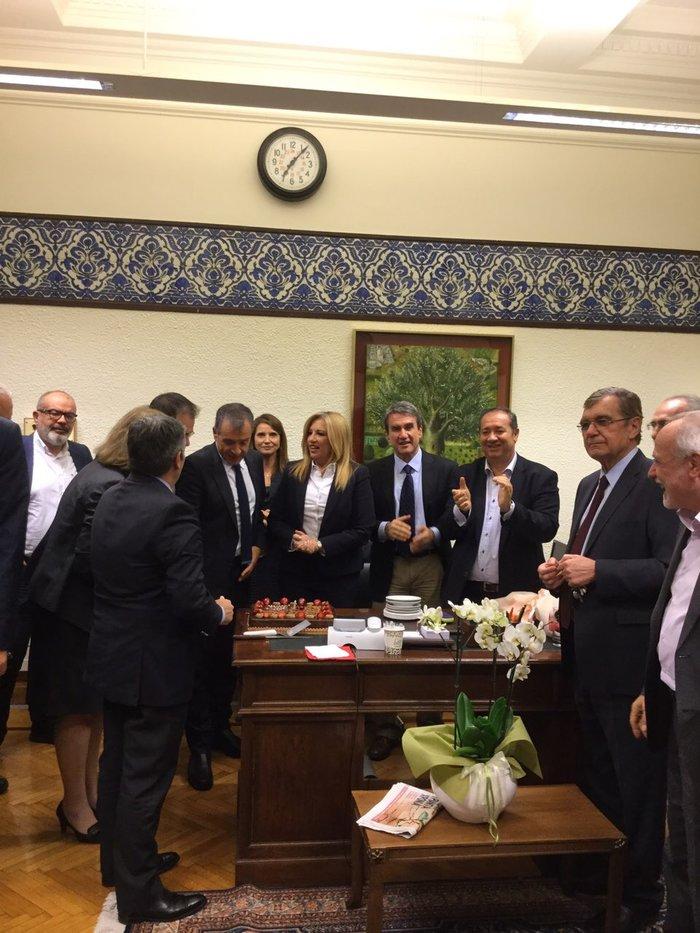 Η έκπληξη στη Βουλή για τα γενέθλια της Φώφης Γεννηματά φωτό - εικόνα 2