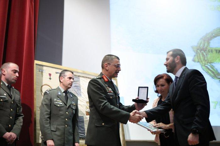 Ο Executive Director της COSMOTE TV, κ. Δημήτρης Μιχαλάκης, και η Διευθύνουσα Σύμβουλος της White Fox, κα Αναστασία Μάνου, με τον Αρχηγό του ΓΕΣ, Αντιστράτηγο Αλκιβιάδη Στεφανή