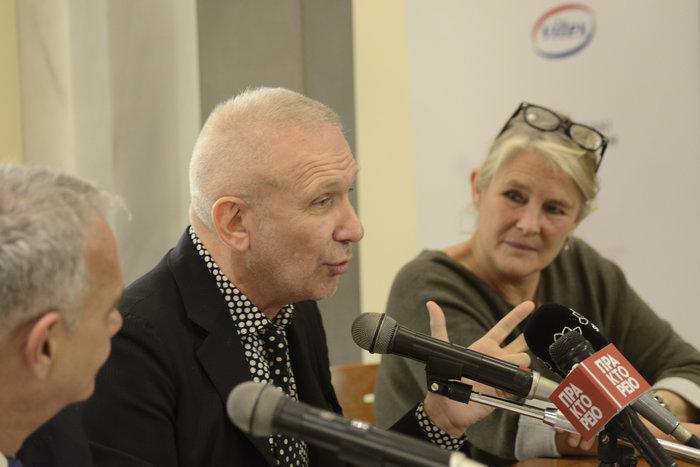 Jean Paul Gaultier στη, σχετική της βραδιάς, συνέντευξη τύπου. Δεξιά του η Ειρήνη Γεερουλάνου