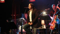 Ο Γιάννης Κότσιρας τραγουδά τα δικά του «ανείπωτα» στον Σταυρό του Νότου