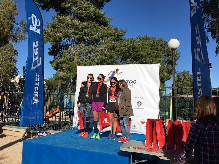 Οι τρεις νικήτριες του αγώνα των 10 χιλιομέτρων με την Κατερίνα Αγγέλη των πολυκαταστημάτων NOTOS που έκανε την απονομή