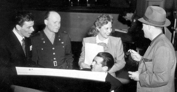 Ο Σινάτρα με μέλη του Ραδιοφωνικού Σταθμού Ενόπλων Δυνάμεων (1944)