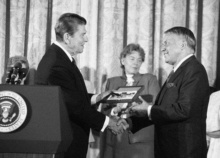 Παραλαμβάνοντας το Προεδρικό Μετάλλιο της Ελευθερίας από τον Ρόναλντ Ρήγκαν