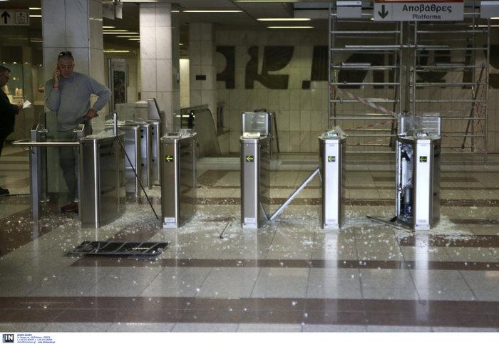 Κουκουλοφόροι «έσπασαν» τον σταθμό του μετρό «Πανεπιστήμιο»