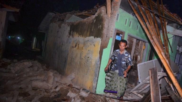 isxuros-seismos-65-rixter-stin-indonisia-nekroi--traumaties--vd