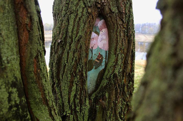Έργα τέχνης μέσα στο δάσος και σε κορμούς δέντρων - εικόνα 4