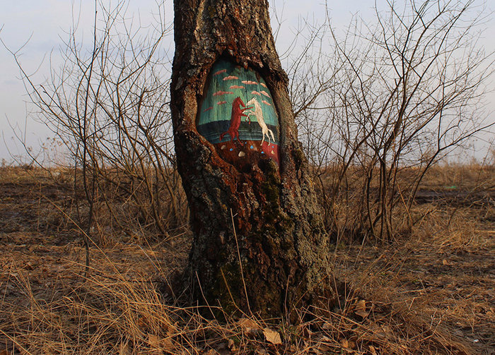 Έργα τέχνης μέσα στο δάσος και σε κορμούς δέντρων