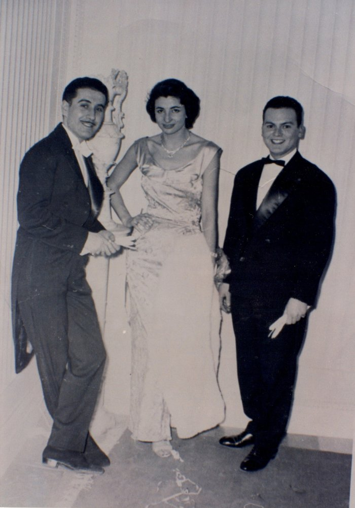 Κώστας Μαυρόπουλος (αριστερά) και Ντίνος Μαυρόπουλος (δεξιά) στο ατελιέ τους με μανεκέν της εποχής