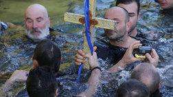 ΟΥΚάδες βούτηξαν στον Πειραιά για τον Τίμιο Σταυρό (ΦΩΤΟ)