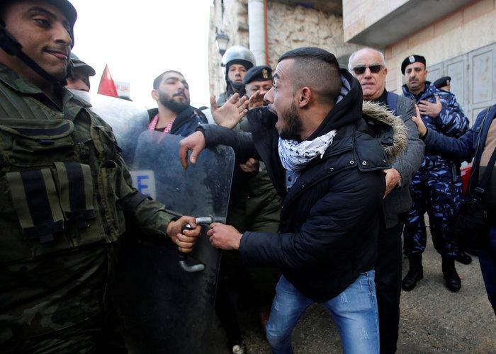 Επίθεση διαδηλωτών στον Πατριάρχη Ιεροσολύμων Θεόφιλο Γ΄ (ΒΙΝΤΕΟ)