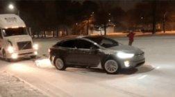 Το τετρακίνητο Tesla X ξεκολλάει τριαξονικό από τα χιόνια στις ΗΠΑ