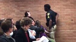 Αστυνομικός στις ΗΠΑ σπρώχνει και πετά κάτω δασκάλα που διαμαρτύρεται (VID)