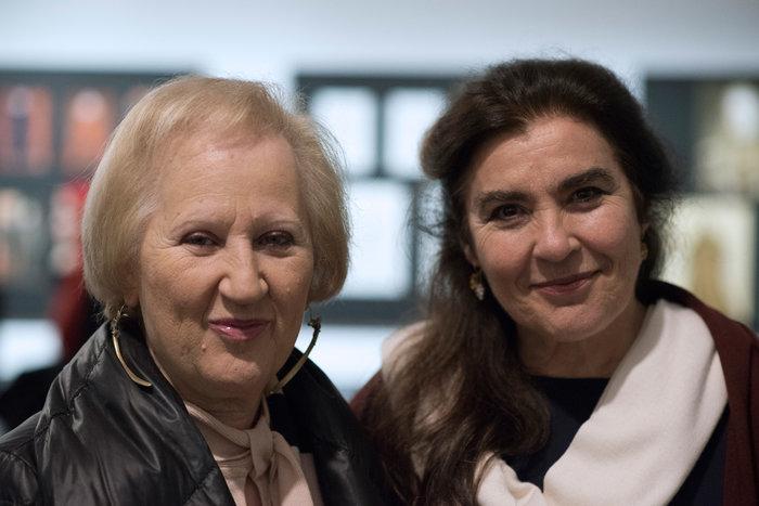 Η θεατρολόγος και επιμελήτρια της έκθεσης, κα Ελένη Βαροπούλου, με την Υπουργό Πολιτισμού και Αθλητισμού, κα Λυδία Κονιόρδου (φωτογραφία Μαρίλη Ζάρκου)