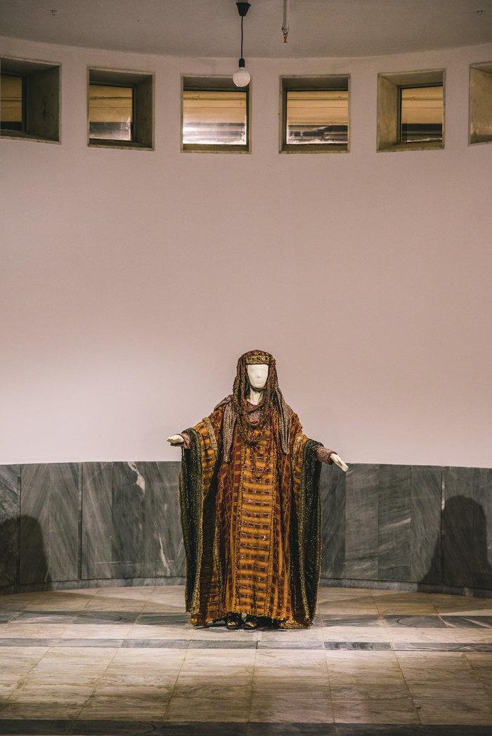 Κοστούμι από την παράσταση Ηλέκτρα σε σκηνοθεσία Γιώργου Μιχαηλίδη Αρχαίο στο Θέατρο Επιδαύρου 1986 (φωτογραφία Χρήστος Τόλης)
