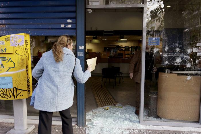 Εισβολή αγνώστων σε ΕΛΤΑ και σε τράπεζα στην Πατησίων - εικόνα 2