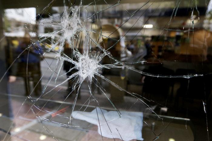 Εισβολή αγνώστων σε ΕΛΤΑ και σε τράπεζα στην Πατησίων - εικόνα 3