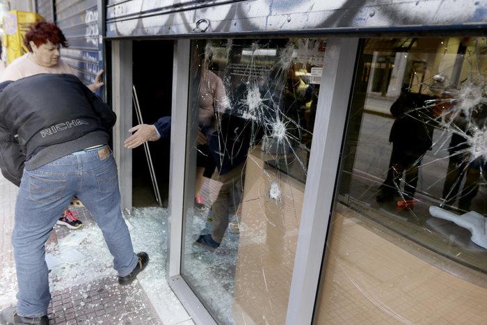 Εισβολή αγνώστων σε ΕΛΤΑ και σε τράπεζα στην Πατησίων - εικόνα 5