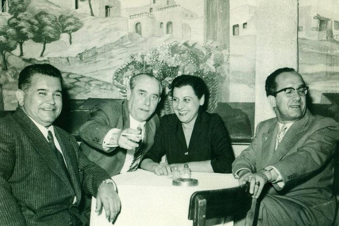 Φωτογραφία αρχείου που εικονίζει το Σουγιουλ (2Α), τη Σοφία Βέμπο (Κ) και τον Τραϊφόρο (Δ) στην ταβέρνα Βράχος στην Πλάκα.