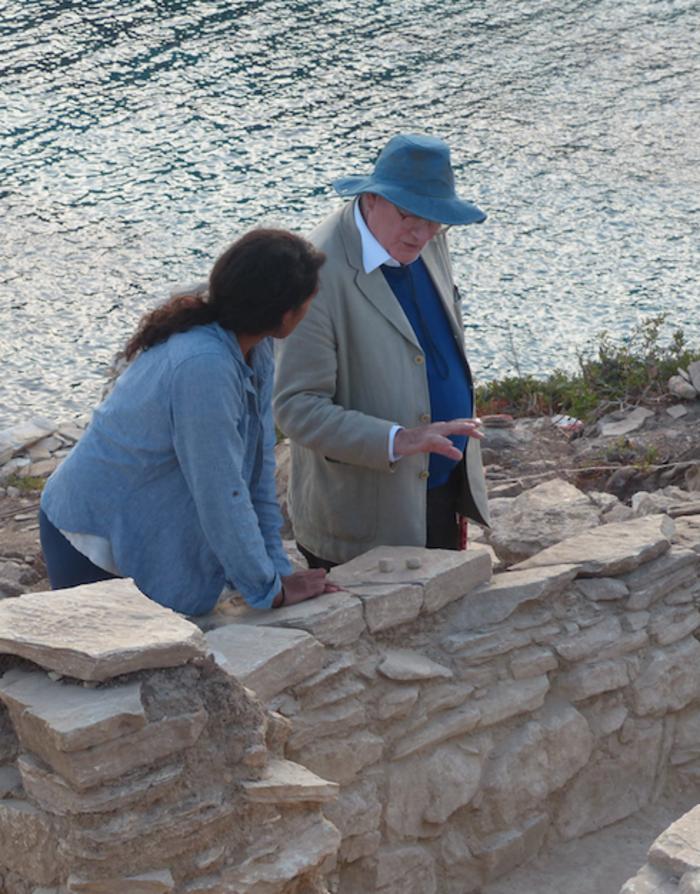 Ο καθηγητής Colin Renfrew συζητά τα ευρήματα της τομής F με την ανασκαφέα Amira Kanwal.