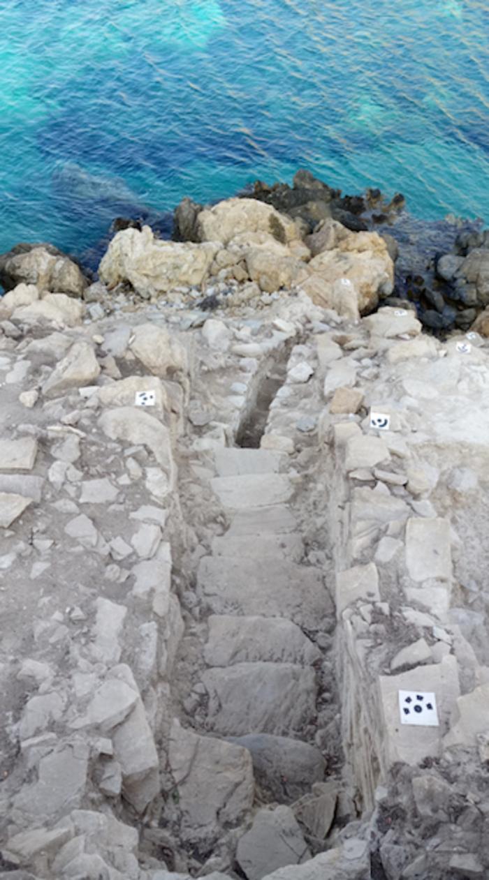 Η κλίμακα στην είσοδο του οικισμού από ψηλά. Το επίπεδο της θάλασσας ήταν αρκετά χαμηλότερα κατά την Πρώιμη Εποχή του Χαλκού.