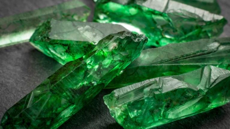 smaragdi-16-kilou-sti-rwsia-panw-apo-4-ekat-roublia-i-aksia-tou