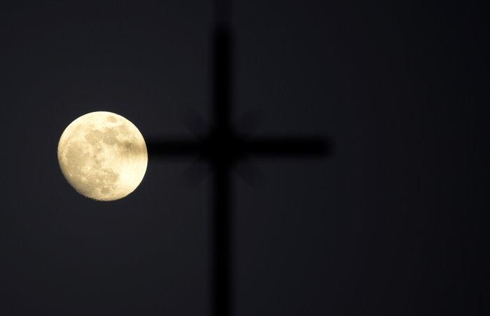 Συγκλονιστικές εικόνες από την έκλειψη της υπέρ-Σελήνης