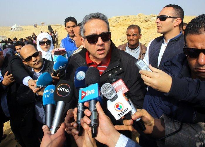 Ο Αιγύπτιος υπουργός Αρχαιοτήτων, Khaled El-Enany, μιλά στους δημοδιογράφους έξω απότον τάφο.