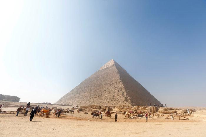 Τουρίστες στις πυραμίδες της Γκίζας