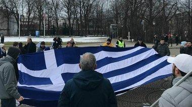 ellines-sto-monaxo-diamarturontai-i-makedonia-einai-elliniki-binteo