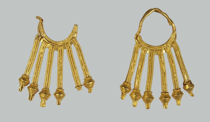 Ζεύγος χρυσών ενωτίων (8ος αι. π.Χ.)© ΕΑΜ, Σ. Μαυρομμάτης