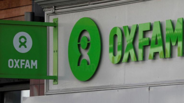 salos-me-tin-oxfam-to-londino-apeilei-me-diakopi-tis-xrimatodotisis