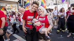 H πρώτη διεμφυλική στον κόσμο που θηλάζει το μωρό της