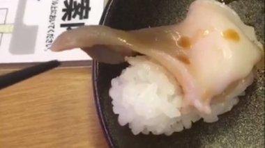 i-periergi-stigmi-pou-ena-piato-sushi-se-xairetaei-apisteuto-binteo