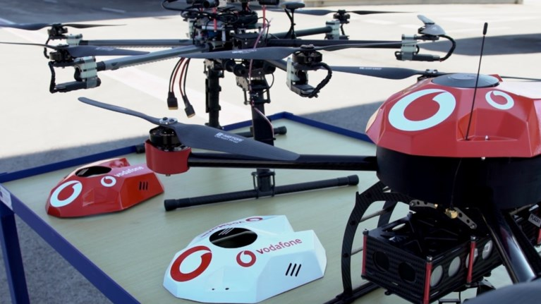 i-vodafone-bazei-kanones-stin-zougkla-twn-drones
