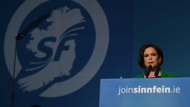 proeidopoiei-to-sin-fein-to-brexit-apeilei-tin-eirini-stin-irlandia