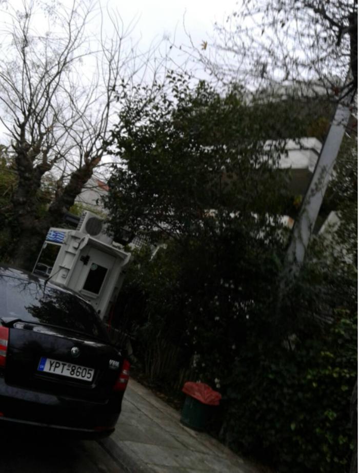 Τρικάκια και πανό στο σπίτι του Παπαδήμου από αντεξουσιαστές - εικόνα 2