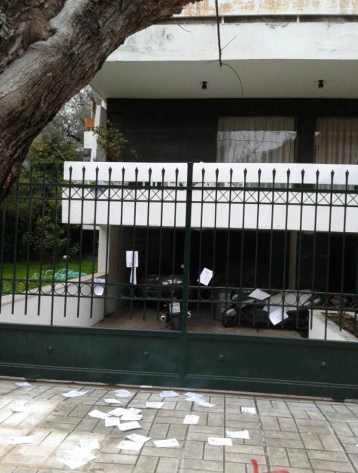 Τρικάκια και πανό στο σπίτι του Παπαδήμου από αντεξουσιαστές - εικόνα 6