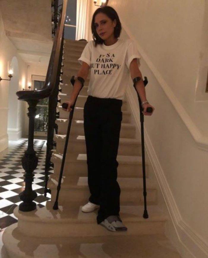 Βικτόρια Μπέκαμ: Κυκλοφορεί με πατερίτσες μετά από ατύχημα - τι συνέβη