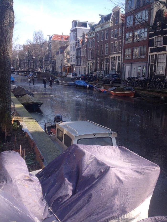 Κάνοντας πατινάζ στα παγωμένα κανάλια του Άμστερνταμ