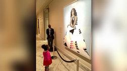 Viral το εκστασιασμένο κοριτσάκι μπροστά σε πορτρέτο της Μισέλ Ομπάμα